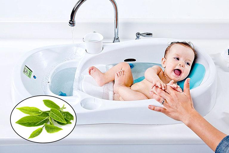 trẻ em nổi mề đay tắm lá gì