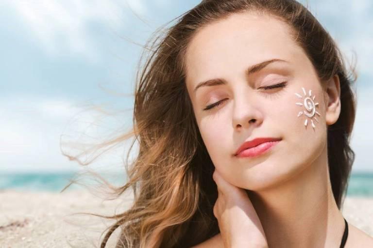 Dùng kem chống nắng giúp bảo vệ da khỏi sự tấn công của tia cực tím