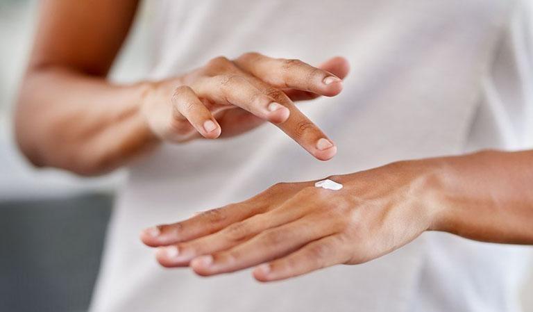 Thoa kem dưỡng ẩm giúp làm dịu triệu chứng khó chịu trên da