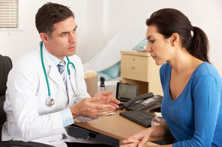 Thăm khám chuyên khoa da liễu để được tư vấn phương pháp điều trị và chăm sóc da đúng cách