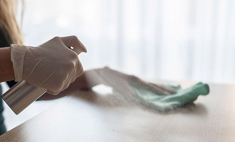 Đeo găng tay mỗi khi tiếp xúc với chất tẩy rửa để phòng ngừa bệnh tái phát