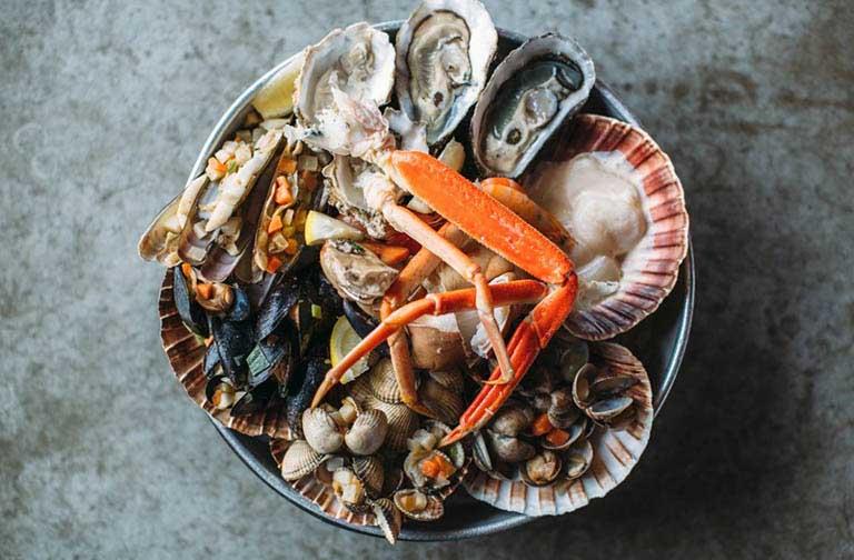 Các loại hải sản có vỏ là nhóm thực phẩm dễ gây dị ứng và khởi phát nổi mề đay