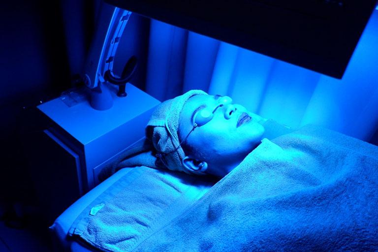 Quang trị liệu chữa viêm da cơ địa ở mặt