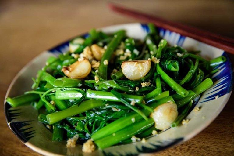 Rau muống xào tỏi là món ăn thơm ngon được nhiều người bệnh ưa thích
