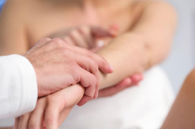 Thăm khám chuyên khoa ngay khi da có các triệu chứng bất thường