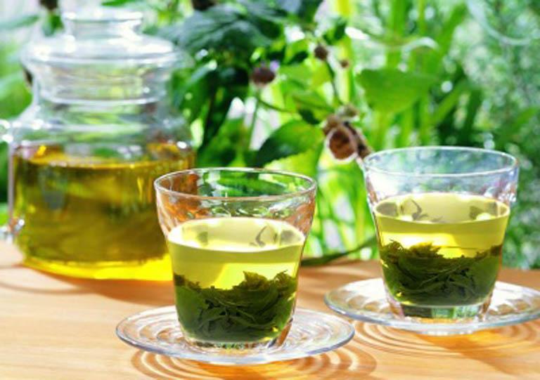 Uống nước lá chè xanh hỗ trợ cải thiện cải thiện tình trạng bệnh từ bên trong