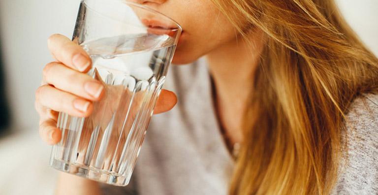 Uống nhiều nước mỗi ngày giúp hạn chế bùng phát triệu chứng của bệnh
