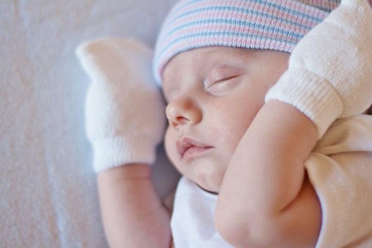 Nên đeo bao tay cho trẻ, tránh để trẻ cào gãi gây tổn thương đến làn da