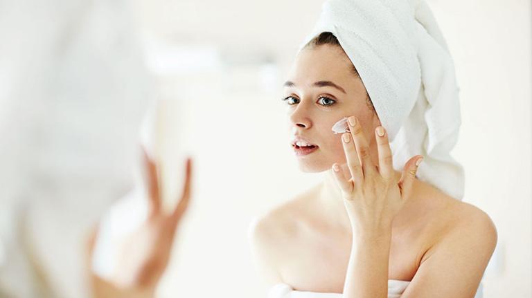 Bị dị ứng mỹ phẩm nổi mẩn đỏ ngứa sần sùi ở mặt phải làm sao?