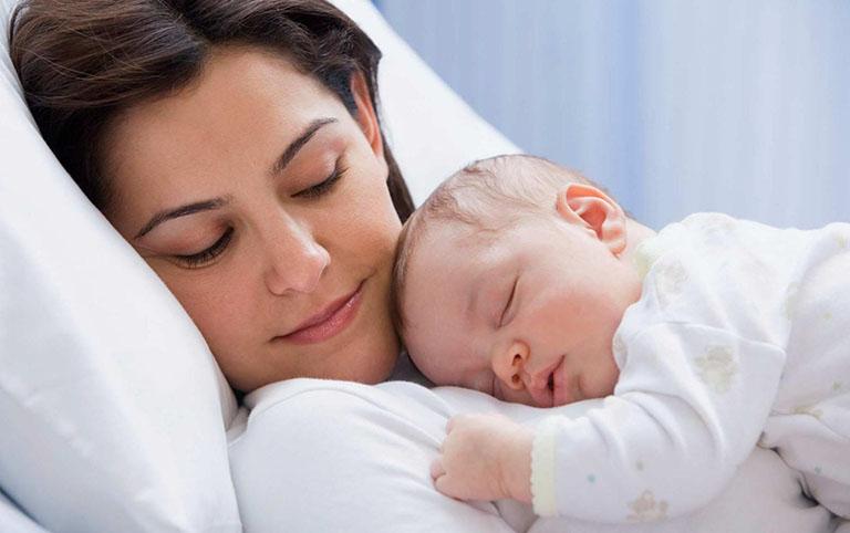 Phải làm sao khi bị nổi mề đay trong thời gian nuôi con bằng sữa mẹ?