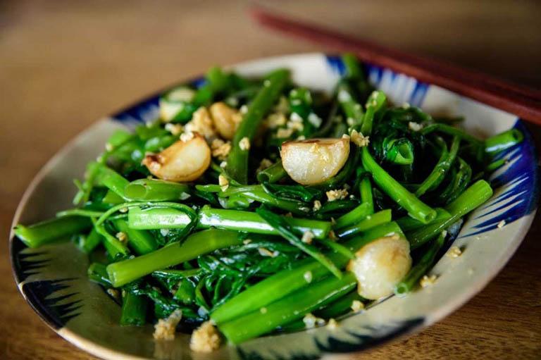 Người bệnh nên bổ sung các món ăn chế biến từ tỏi vào trong thực đơn ăn uống hàng ngày