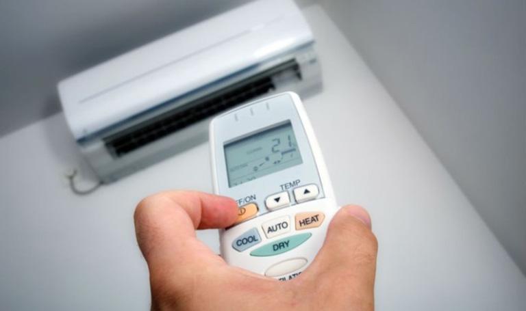 Nổi mề đay nằm máy lạnh được không?