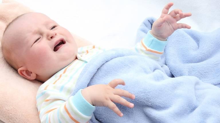 Khi bị nổi mề đay, trẻ sẽ cảm thấy khó chịu và thường xuyên quấy khóc
