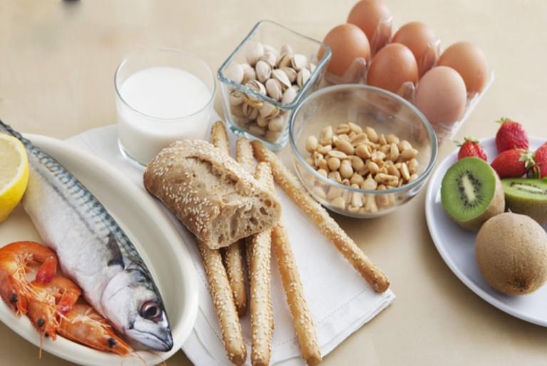 Tránh sử dụng thực phẩm dễ gây dị ứng khi đang bị nổi mề đay