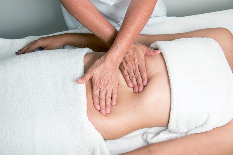 Với đau dạ dày có mức độ nhẹ, bệnh nhân có thể cải thiện bằng cách massage bụng