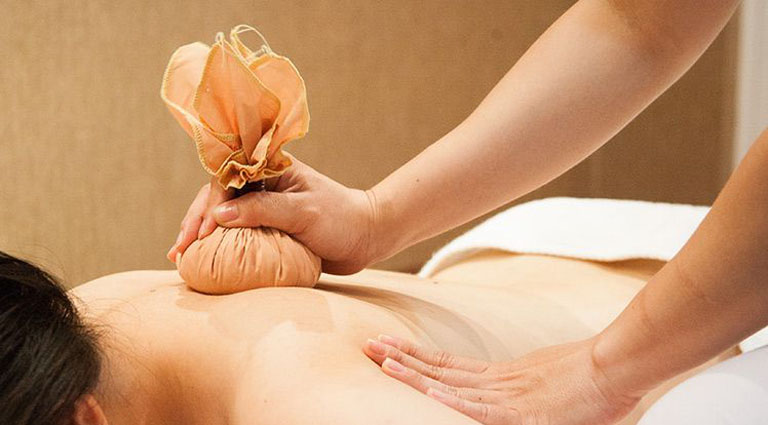 Sao nóng lá khế chườm lên vùng da bị bệnh giúp giảm nhanh triệu chứng của bệnh