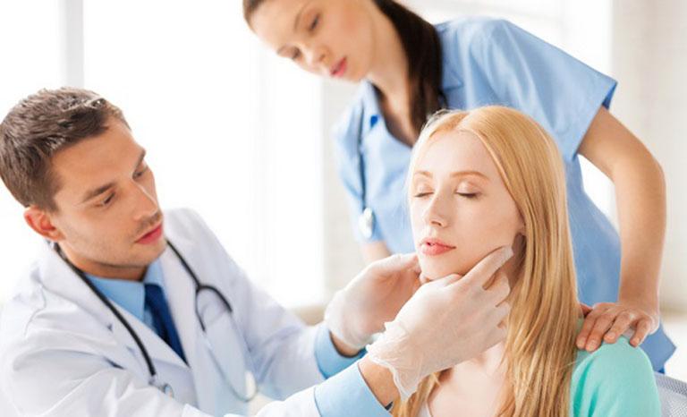 Lưu ý khi chữa dị ứng da mặt bằng thuốc uống và bôi