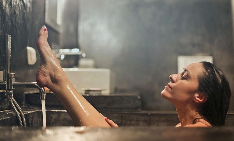 Tắm lá thảo dược chữa bệnh vảy nến có hiệu quả không?