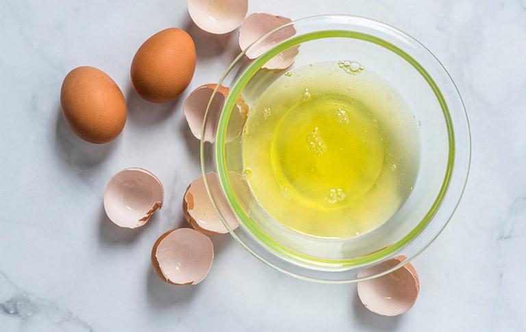 trị dị ứng da mặt bằng lòng trắng trứng