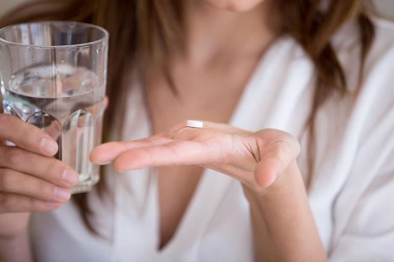 Ngoài cách dùng lá tía tô chữa trào ngược dạ dày, bệnh nhân cần sử dụng thuốc theo hướng dẫn của bác sĩ