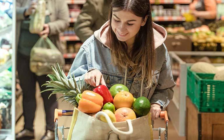 Cần lựa chọn rau củ và hoa quả tươi, đảm bảo về nguồn gốc và xuất xứ