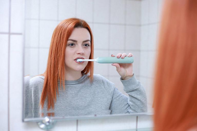 Vệ sinh răng miệng đúng cách có thể giảm phần nào tình trạng hôi miệng do trào ngược dạ dày thực quản