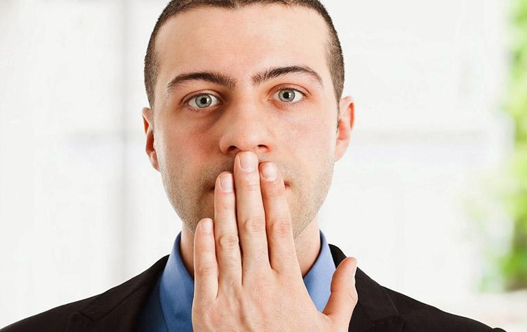 Dịch vị cùng thức ăn trào ngược lên vòm họng có thể gây ra tình trạng hơi thở có mùi