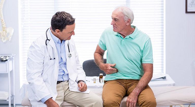 Khám lâm sàng là bước đầu trong chẩn đoán bệnh viêm đại tràng