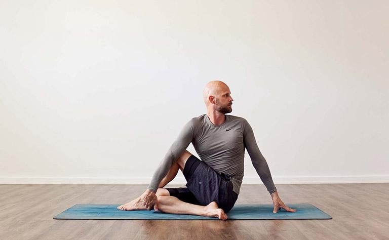 Ardha Matsyendrasana có tác dụng điều hòa chức năng tiêu hóa và giảm nhẹ chứng trào ngược