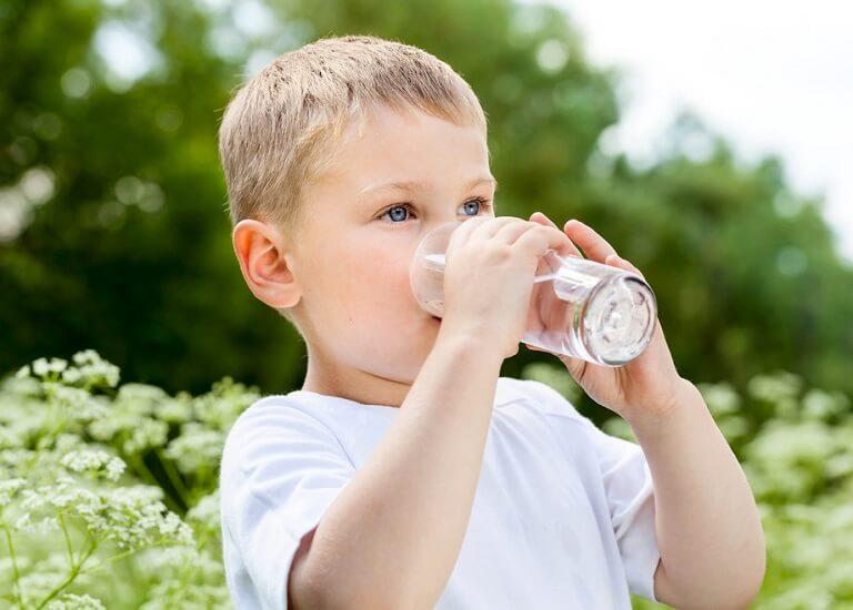 Mỗi ngày bạn cần khuyến khích cho bé uống nhiều nước để tránh khô miệng