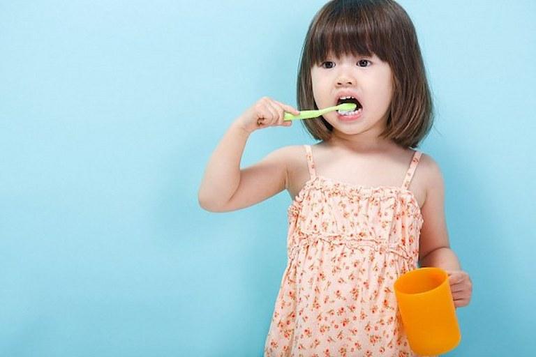 Cha mẹ nên hướng dẫn cho trẻ cách vệ sinh răng thường xuyên