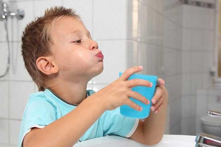 Nên cho bé súc miệng nước chanh muối hàng ngày để giảm triệu chứng sâu răng