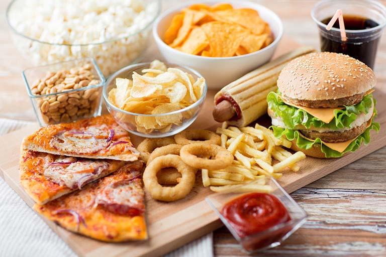 Đồ ăn nhanh, nhiều dầu mỡ là những thực phẩm người bệnh cần hạn chế