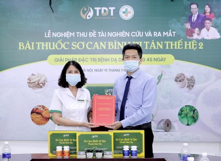 Bác sĩ Vân Anh giao đề tài nghiên cứu cho ông Nguyễn Quang hưng tại buổi ra mắt Sơ can Bình vị tán thế hệ 2