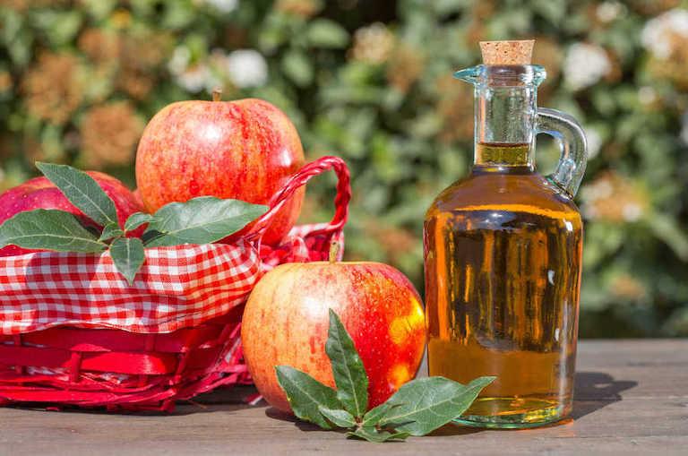 Giấm táo an toàn, tiêu diệt vi khuẩn tốt nên có thể áp dụng để chữa buồng trứng đa nang tại nhà