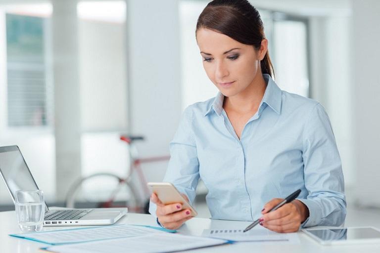 Người làm việc văn phòng nên đứng lên đi lại sau mỗi 45 phút để phòng ngừa đau mỏi vai gáy