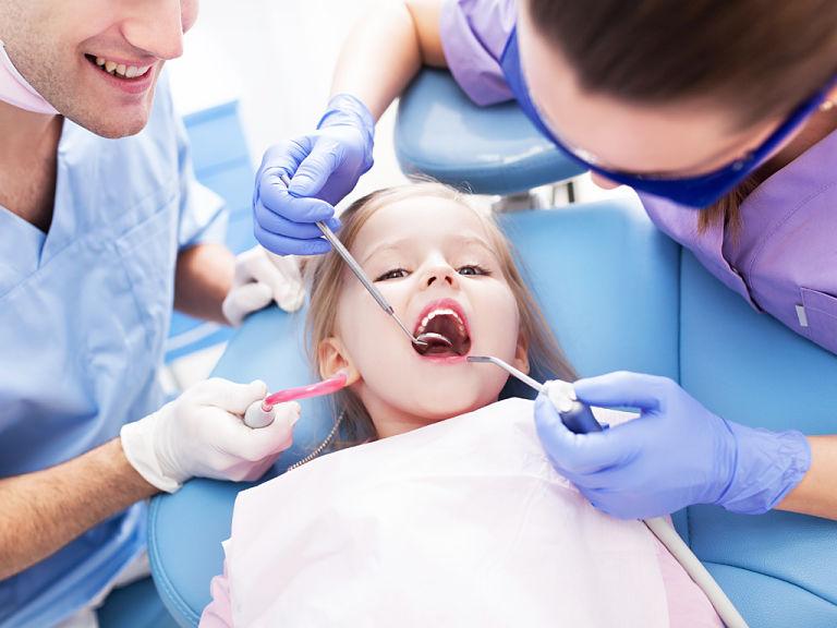 Bố mẹ cần đưa trẻ đi khám răng định kỳ theo hướng dẫn của bác sĩ