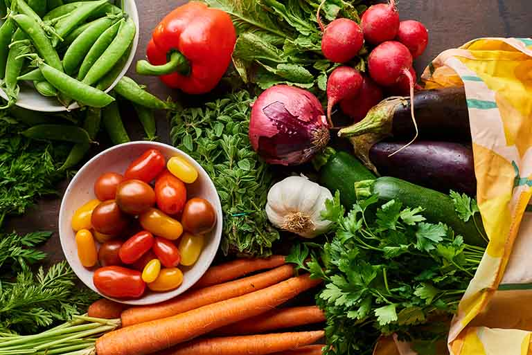 Chị em nên bổ sung nhiều hoa quả, rau xanh