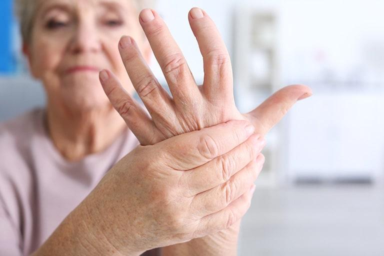 Tê bì chân tay là một trong những dấu hiệu dễ thấy của bệnh