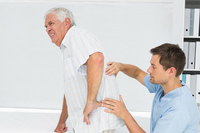 Yếu tố tuổi tác khiến cả nam và nữ đều có nguy cơ bị loãng xương