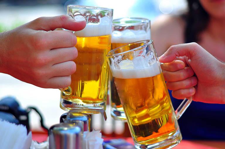 Rượu bia sẽ cản trở quá trình hấp thụ canxi vào cơ thể và khiến xương yếu đi