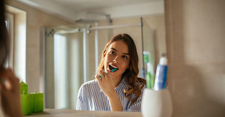 Bạn cần đánh răng mỗi ngày để giữ vệ sinh răng miệng trong quá trình đeo niềng