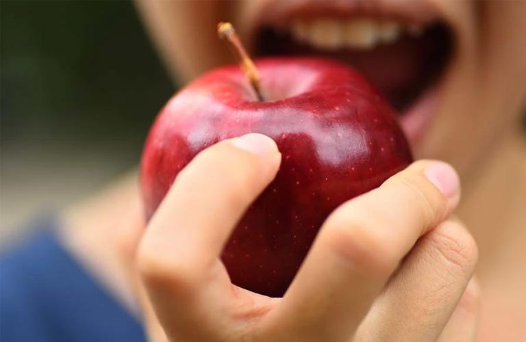 Trong quá trình niềng răng, cần đặc biệt chú ý chế độ ăn uống