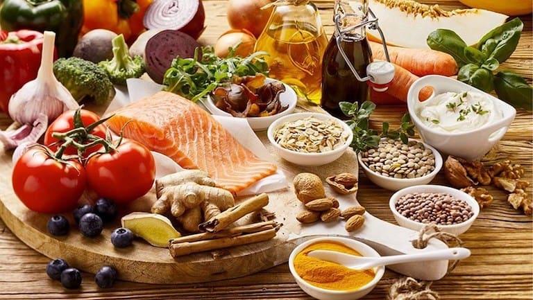 Chế độ ăn uống có vai trò rất quan trọng đối với chị em bị rong kinh