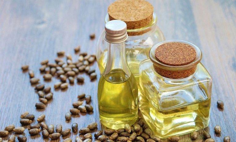 Dùng tinh chất cây thầu dầu để xoa bóp vùng bụng dưới mỗi ngày