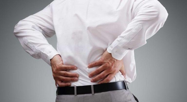 Người bệnh bị đau nhức ở lưng vô cùng khó chịu