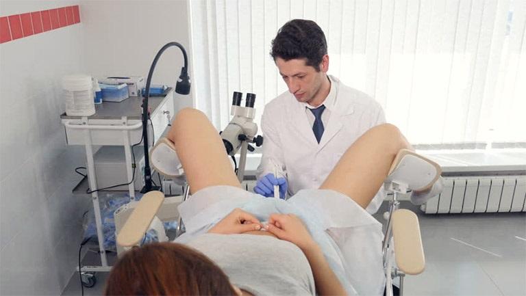 Người bị viêm nhiễm phụ khoa cần đến cơ sở y tế uy tín để thăm khám và điều trị
