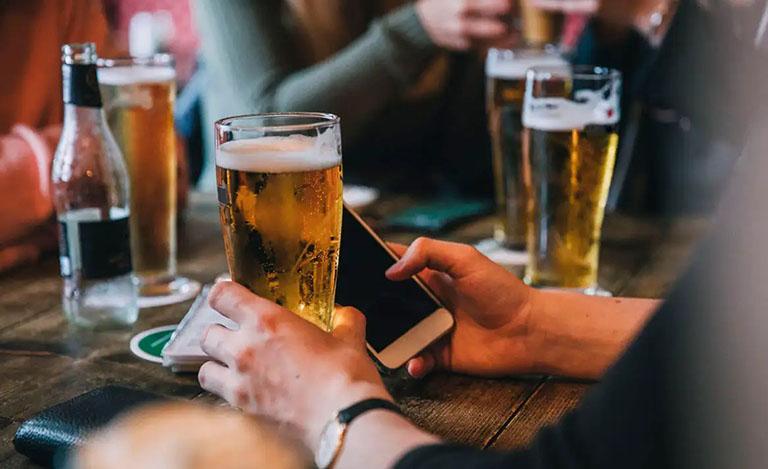 Kiêng các chất kích thích, bia rượu bởi chúng ảnh hưởng đến quá trình máu lưu thông, làm bệnh trở nặng hơn