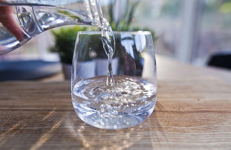 Uống đủ nước mỗi ngày giúp làm dịu cổ họng và tăng cường sức khỏe