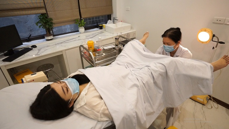 Việc khám lâm sàng đóng vai trò quan trọng trong chẩn đoán viêm lộ tuyến tử cung, cổ tử cung